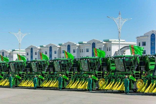 Парк сельхозтехники Туркменистана пополнится новыми тракторами John Deere