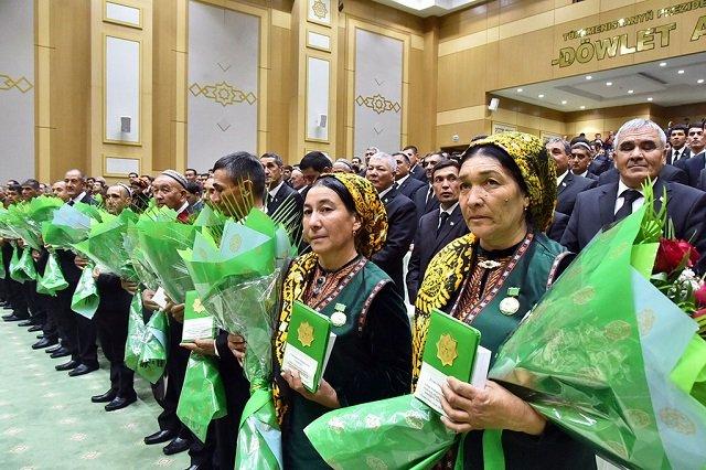Глава Туркменистана наградил лучших тружеников села
