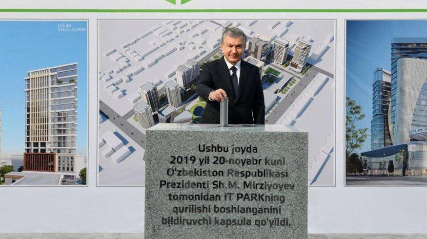 Президент Узбекистана лично опробовал техно ресурсы IT парка