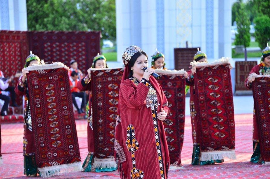 Ковровщицы Туркменистана соткали ещё один огромный ковёр