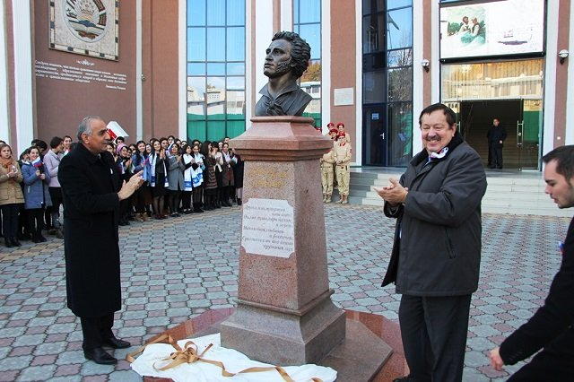 В Душанбе установили бюст Александра Пушкина