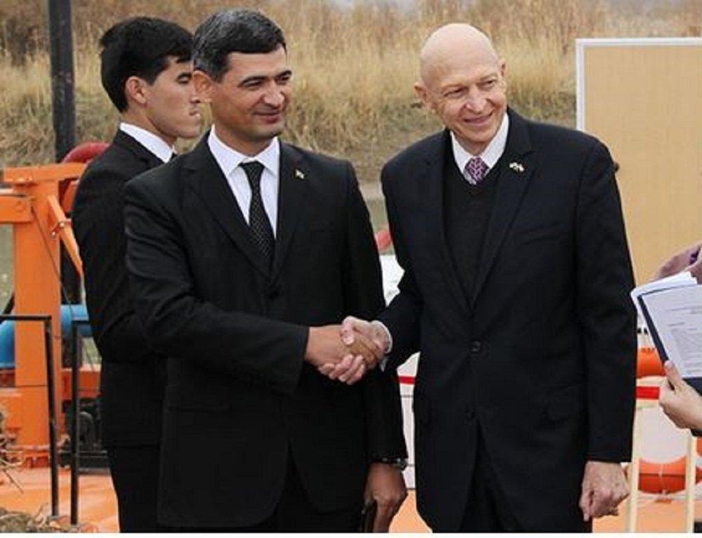 В Туркменистане запустили судно для очистки русла реки