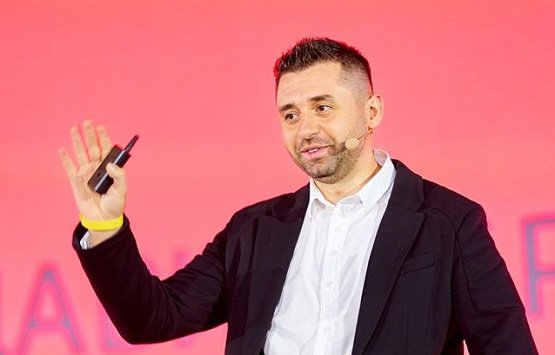 Депутат Давид Арахамия озвучил нормальную месячную зарплату парламентариев Украины