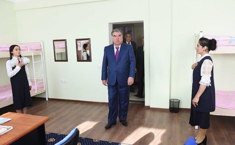 Президент Таджикистана посетил школу-интернат для слабослышащих детей