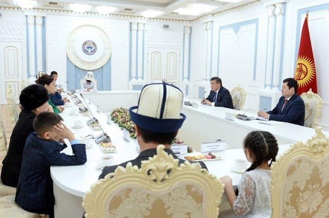 Сооронбай Жээнбеков встретился с детьми, потерявшими своих родных в авиакатастрофе