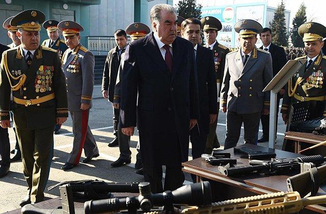 Состояние боевой техники ВС Таджикистана проверил президент страны