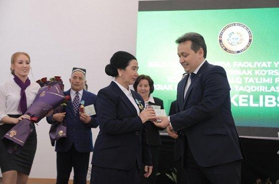 Учителям Узбекистана вручили нагрудные знаки за вклад в народное образование