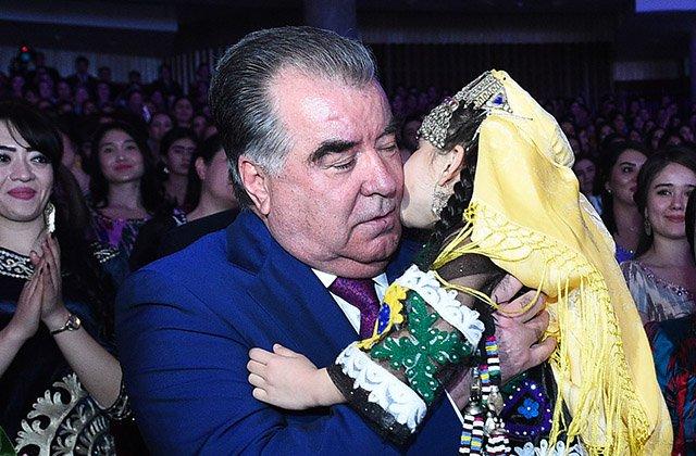 Рахмон отметил роль таджикских женщин в обществе