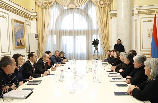 Премьер Армении повстречался с матерями погибших военнослужащих