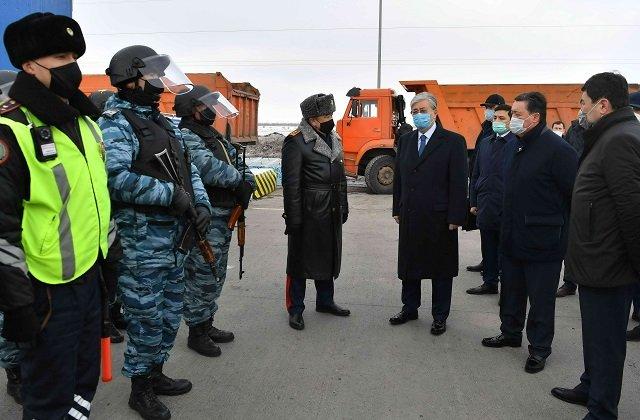 Президент Казахстана осмотрел блокпост на подступах к столице