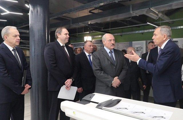 Белорусский лидер посетил завод по выпуску медицинской аппаратуры