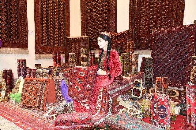 Туркменистану доставлен оригинал сертификата о включении ковроделия в список ЮНЕСКО