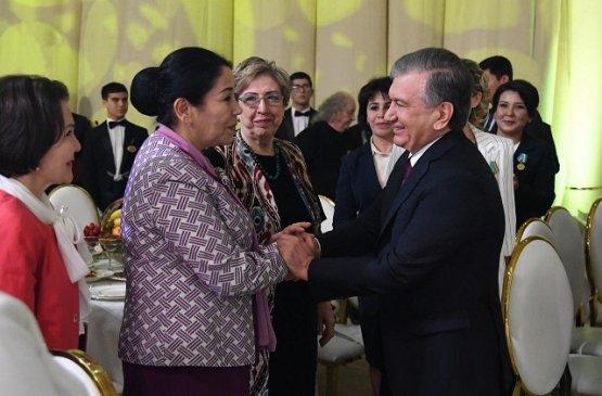 Президент Узбекистана поздравил женщин с 8 Марта