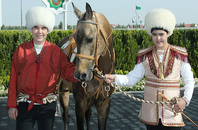 Президент Туркменистана рассказал внуку о разведении ахалтекинских скакунов