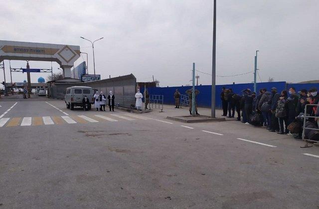 Застрявшие на пограничном посту Казахстана таджики отправлены на родину