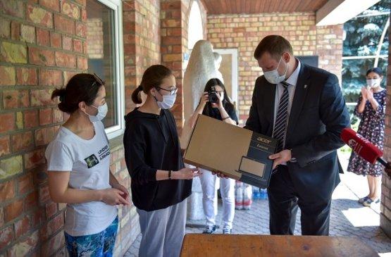 К международному дню защиты детей президент Киргизии подарил детям ноутбуки