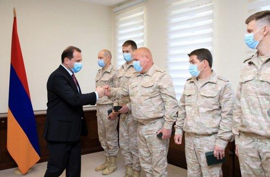 Тоноян наградил российских военнослужащих