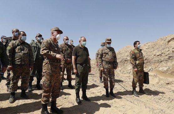 Пашинян и Арутюнян побывали на боевых позициях в Карабахе