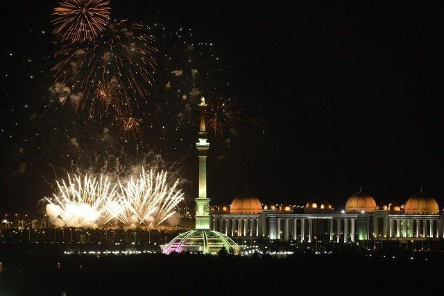 Туркменистанцы отметили главный национальный праздник страны концертом