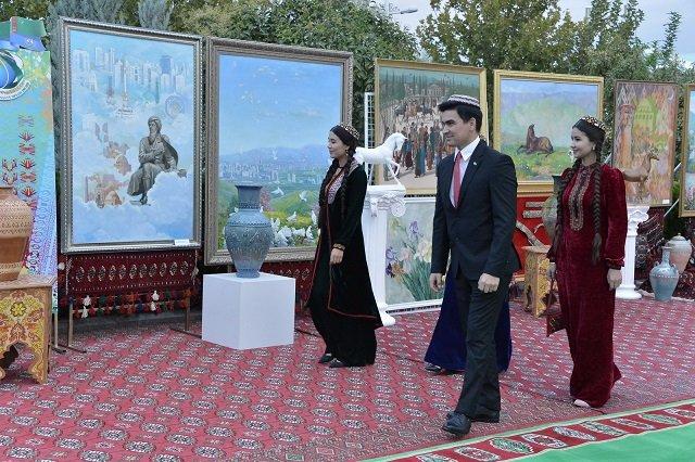 Туркменские жокеи на праздничных скачках получили призы на сумму $120 тысяч