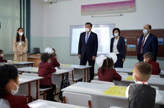 Президент Кыргызстана считает необходимым повысить зарплату учителям