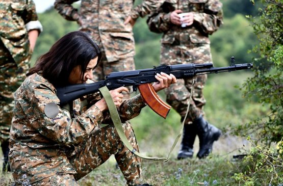 Леди премьера Армении организовала женские военные сборы