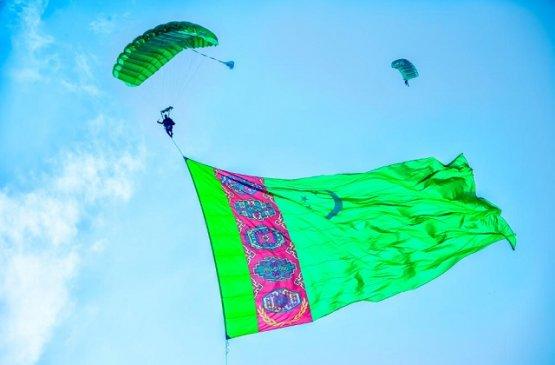 Президент Бердымухамедов поздравил туркменистанцев с Днём Независимости