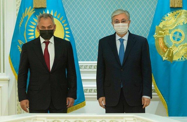 Токаев и Шойгу рассмотрели вопросы военного сотрудничества