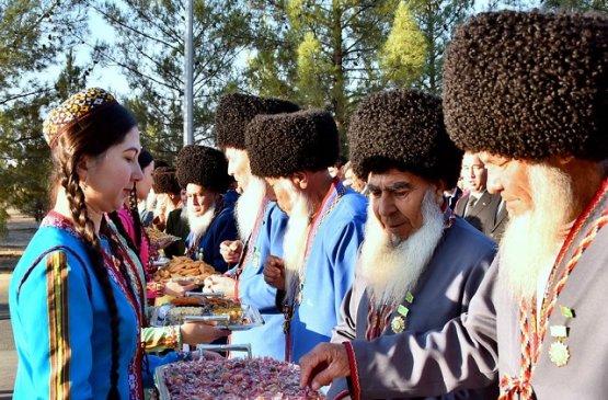 Президент Туркменистана поздравил старшее поколение с Днём пожилых людей