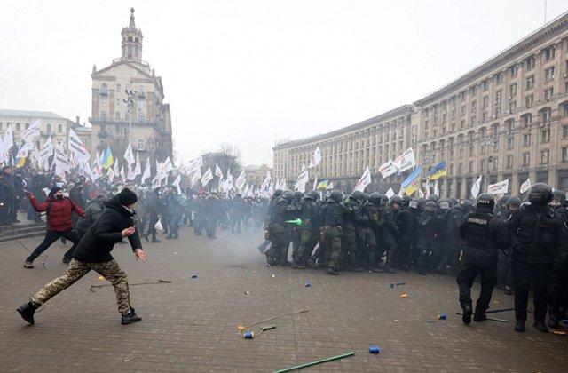 В Киеве на акции протеста против локдауна пострадали 40 полицейских