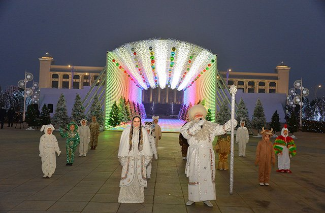 В Ашхабаде зажглась главная ёлка Туркменистана