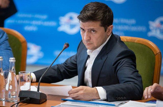 Зеленский поручил упростить бюрократию выплат семьям погибших медиков