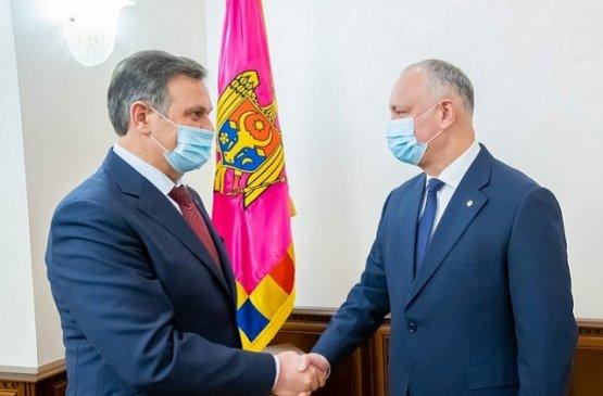 Посол Беларуси вручил президенту Молдовы памятную медаль