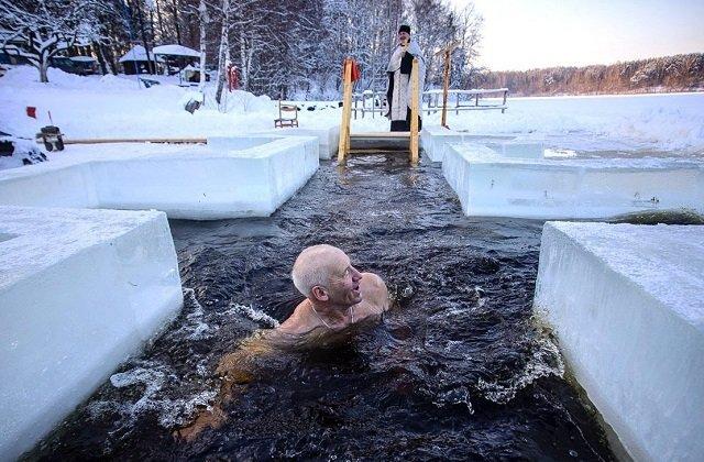 Медики Беларуси в праздник Крещения переболевшим коронавирусом людям не советуют лезть в прорубь