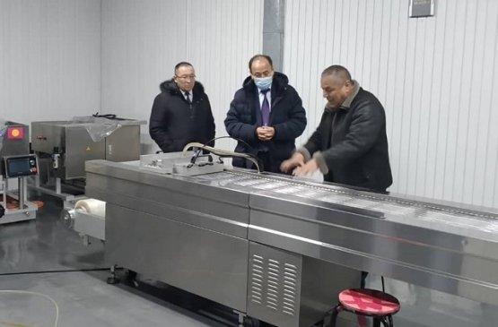Министр здравоохранения Киргизии ознакомился с предприятием по производству шприцов в Ошской области