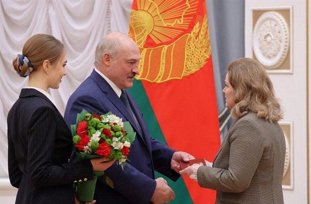 Президент Белоруссии вручил представителям науки дипломы докторов и аттестаты профессоров