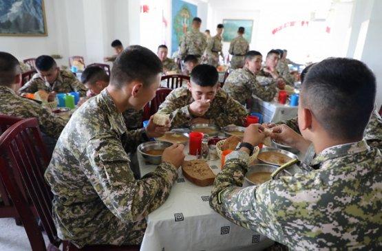 В рацион военнослужащих Киргизии включены дополнительные продукты питания