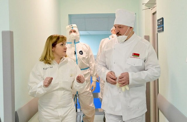 Президент Белоруссии навестил пациентов «красной зоны» в Молодечненской ЦРБ