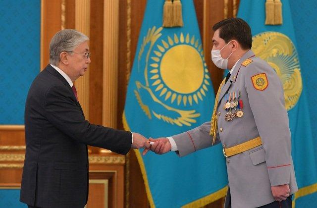 Президент Казахстана наградил сотрудников военных и правоохранительных органов