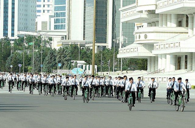 Президент Туркменистана принял участие в велопробеге в рамках экоакции