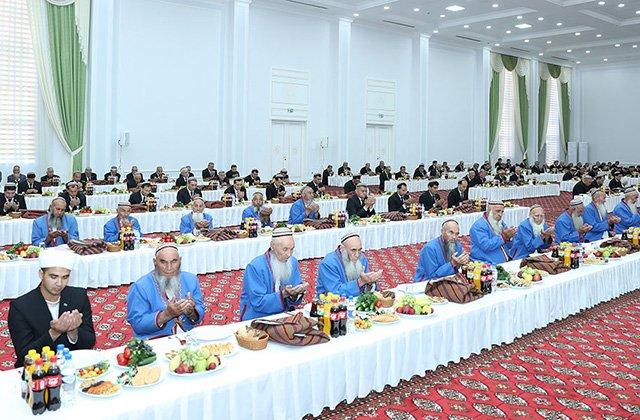 Гурбангулы Бердымухамедов дал садака в память об отце