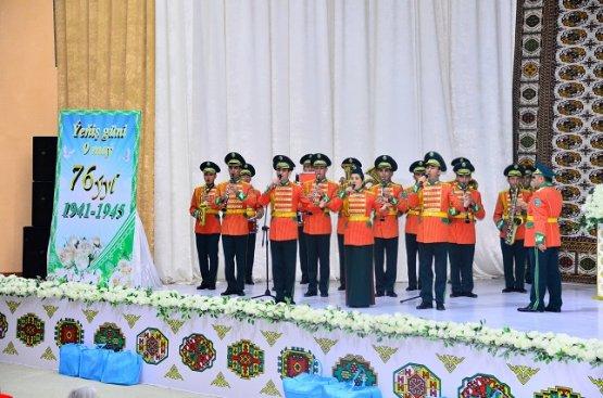 В Туркменистане начали поздравлять ветеранов и дарить им ценные подарки