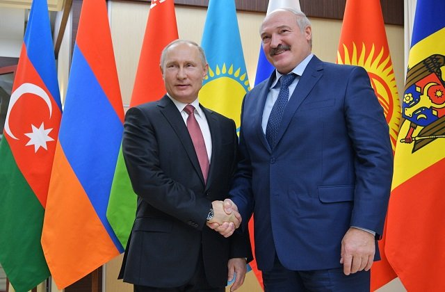 Лукашенко поздравил Путина с Днём России