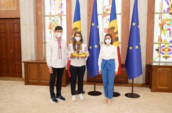 Президент Молдовы вручила спортсменам флаг страны для выступления в Токио