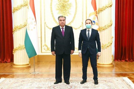 Президент Таджикистана вручил видным деятелям страны премии и медали