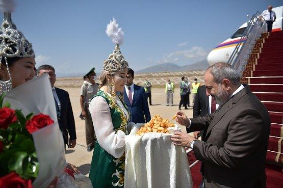 Глава правительства Армении прибыл в Кыргызстан одним из первых иностранных гостей