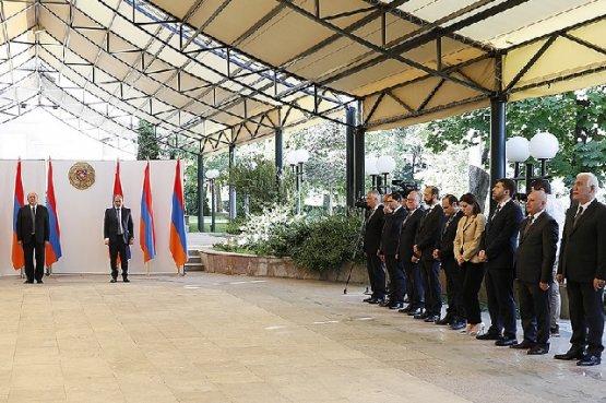 Представители нового правительства Армении торжественно принесли клятвы перед народом