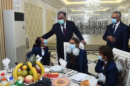 Президент Таджикистана вручил подарки детям-сиротам Дарвазского и Ванчского районов