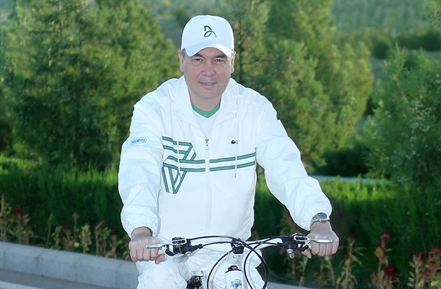 Бердымухамедов совершил восхождение по Тропе здоровья и велопрогулку