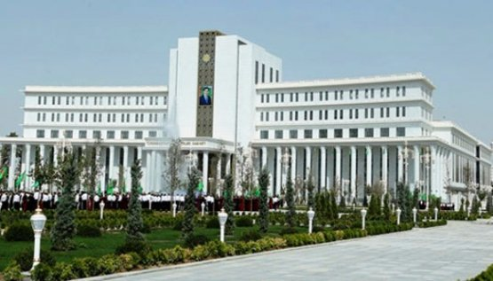 Президент Туркменистана вчесть Дня государственного флага помиловал 828 человек